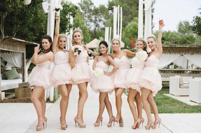 結婚式をより華やかに!欧米のブライズメイドのお揃いドレスアイデア