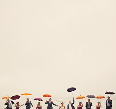 雨の日の結婚式や二次会に快適に参列する方法とは?